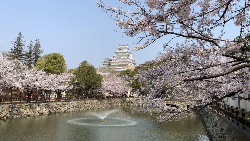 噴水越しの姫路城